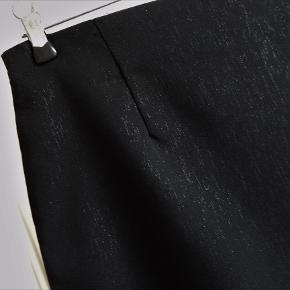 Nederdel, Lang , str. 36, Saint Tropez, Sort, 92 % polyamid 5 % elastane 3 % lurex, Næsten som ny  Som ny og kun brugt 1 gang  En super flot og smart lang nederdel i sort med en meget fin sølv tråd i det sorte  Nederdelen er 79 cm lang fra linning til bund og har en slids i hver side på ca. 26 cm fra bundet og op  Sender gerne hvis køber betaler fragt