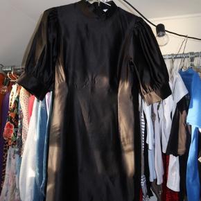 STADIG I BUTIK - brugt en gang!  Sælger denne fine envii kjole - perfekt til julefrokoster og jul/nytår :)