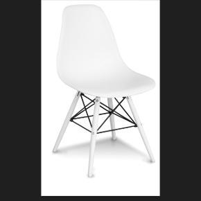 4 stk. Spisebordsstole. Sælges pga. Flytning. Har stået fremme i lejlighed i ca. En måned. Opbevares i et tørt og varmt opbevaringsrum.