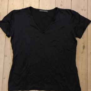 T-shirt fra Vero Moda med v-udskæring i str. large, måler 48 cm i bredden og 56 cm i længden, kun vasket en gang, har den også til salg i hvid, jeg sender gerne.