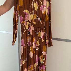 Flot kjole Lagt op af skrædder, så den passer til højden 160-170. Prisen sat derefter  Bytter ikke