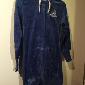 Velour-kjole fra Claire  Str. 152/12 år Petroleumsblå Brugt et par gange  30 kr