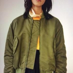 Jeg sælger min fantastiske bomber Acne jakke , den er vatteret og ret varm . Jeg bytter ikke . Jakken er prøvet og ikke brugt nypris 4800kr.