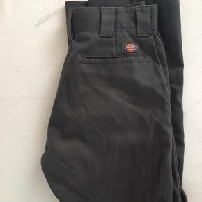 Bukserne er aldrig blevet brugt, og er nu for små. Modellen hedder 874 FLEX (original fit). Jeg er lidt i tvivl om størrelsen, men er ret sikker på at det er en W 30x32. De er købt i en rigtig Dickies butik.