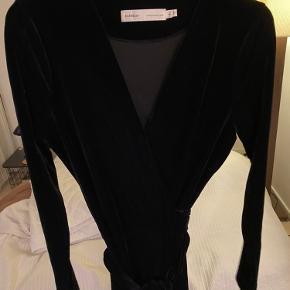 Rigtig fin lang slå om-kjole i sort velour.  Går til midt på skinnebenet. Aldrig brugt. Kom med er bud?