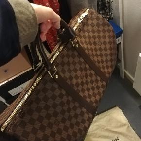 Louis Vuitton keepall 50 i damier ebene  Rigtigt godt passet på, få tegn på brug   Medfølger: støvpose, lås, kvittering  Størrelse: 50