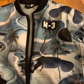 Skøn jakke/fleece trøje med sej print. Foret med gråt Jersey. Den er let vandafvisende pga yderstof som er let neoprenagtigt. Fra røgfrit og dyrefri hjem.  Perfekt overgangs jakke og sommerjakke.