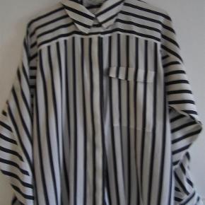 49aaef0a063 Brand: Lutz Teutloff Design Varetype: skjorte Farve: hvid/blå Prisen angivet  er