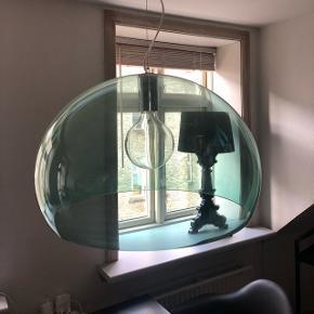 Kartell lampe - stor med original pære. Har kun almindelige brugsridser. Kom gerne med bud