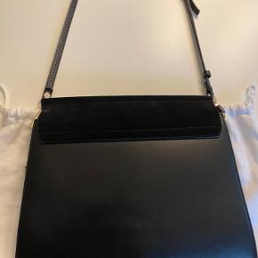 Super lækker læder/ruskind front taske fra chloé.  Model: Faye  Materiale: læder, ruskind front Farve: sort  Tasken har ingen fejl og kun været brugt få gange.