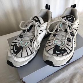 Nike Air Max 98.  De er super flotte og har farverne hvid, sort og beige + små mintgrønne detaljer ved snørebåndene og på hælen. Det er en størrelse 38,5. Jeg bruger normalt str 36-37, men kan sagtens passe disse.  Der er en smule brugstegn på reflekserne, men ellers er de helt fine