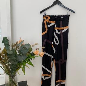 Smukke Stine Goya bukser i silke  Køber betaler selv fragt, ellers kan varen afhentes på Frederiksberg C - tæt ved Forum st. og søerne.  Har over 300 ting til salg, så tjek mine andre annoncer ud😍 Der kommer ofte mængderabat!