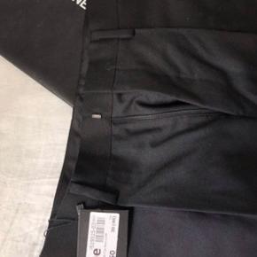 Donna karan habitbukser i sort, str 46/small Aldrig brugt, stadig med tags Nypris: 250£/2000kr Fast pris: 200kr+fragt
