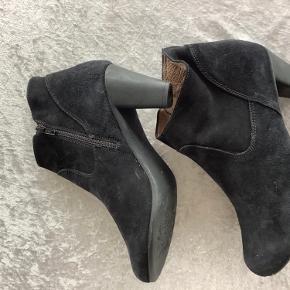 Har fået købt for mange wonders støvler og må sælge lidt ud Her sælges et par næsten nye i ruskind. Lækre at gå i med super blød bund