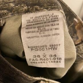 Wrangler camo bukser str 36x34 Er blevet syet ved højre baglomme (se billede)