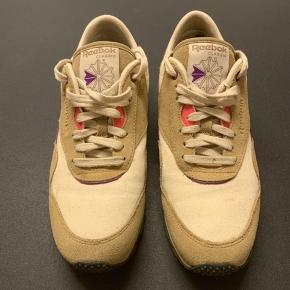 Reebok sneakers. Brugte, men stadig fine.  Lille hul indvendigt ved hæl.  Str 40, 26 cm.