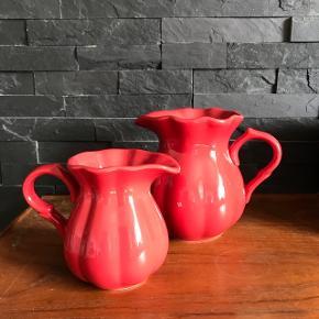 "keramisk kande i serien Mynte fra Ib Laursen - ""Strawberry"". Det er en dejlig og robust stoneware, som også klarer en tur i ovn, mikroovn, opvaskemaskine. . Lille 12 cm 30kr Stor 15 cm 50kr"