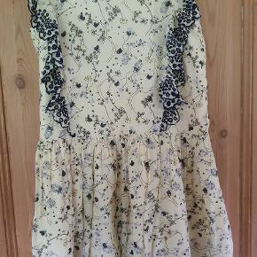Pompdelux kjole str 146-152 Egentligt er den GMB I den pæne ende, men opdagede så at der foran er en fejl i stoffet på den, håber det kan ses på billedet 50 kr