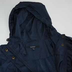 Varetype: Fin let jakke i smart Gant design Størrelse: Medium Farve: Blå Oprindelig købspris: 1595 kr.  Mål under ærmer: 2 x 56 cm  Fra hættepåsyning til nederste kant: 82 cm