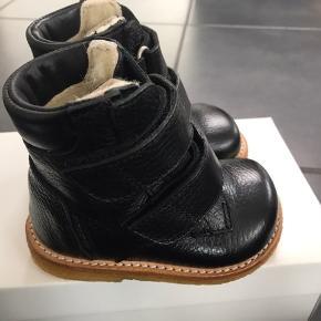 NYE ANGULUS VINTERSTØVLER:  Lækker støvle fra Angulus i skønt sort læder til det lille barn. Lukkes nemt med to velcro remme. Støvlen har uldfoer og Angulus' egen tex-membran, så støvlen holder fødderne varme og tørre. Sålen er den klassiske og solide rågummisål. En super fin vinterstøvle til små fødder!!  Normal til bred model. Måler 12 cm  NP 850,-  MP 510,- pp  GRATIS FRAGT FRA 1000,-