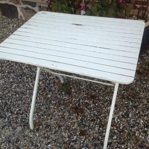 Fint lille havebord med stålstel og træ bordplade i fin stand med brugsspor.  H 74 cm. 80 x 65 cm.