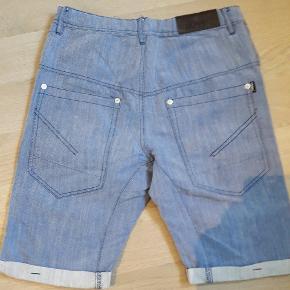 Lækre shorts str. 14 år. Brugt få gange. Næsten som nye. Se også andre shorts.