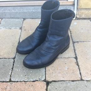 Så fine støvler fra Mentor i en smuk og klassisk blå farve Brugt sparsomt og passet på
