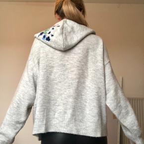 H&M Le Botanique sweater med hætte. I super fin stand, fejler intet, men man kan godt se den har været vasket et par gange.  Passer en XS-M.