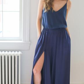 Just Female Beyer Wide Leg Trousers Smukke navy-blå wide leg bukser med højt slids i siden.  Som man ser på billederne, så kunne de godt trænge til en damper eller et strygejern, men ellers er standen som ny :)