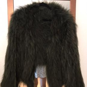 Meotine vaskebjørns jakke i grøn sælges. Pæn stand - ikke brugt meget  Byttes evt med anden meotine jakke  NP: 3500