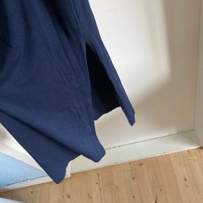 Smuk, kropsnær t-shirtkjole med slidser forneden i begge sider. Giver en super flot figur, og er i det lækreste bløde stof, som falder rigtig godt. Brugt meget få gange.