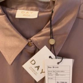 Smuk Rosa silkeskjorte, aldrig brugt, med prismærke.  Den er en smule lysere i virkeligheden.  BYD gerne, men mp er 990kr.  Kvittering haves ikke, da det er en gave...