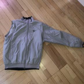 vintage nike jakke  Super fed jakke, som også kan laves til en vest, ved at lyne ærmerne af.  Den har dog en lille plet på det ene ærme.