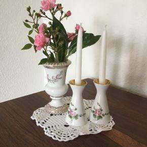 Super sødt lille sæt🌸 Mini vase ca 12cm. Mini lysestager ca 8,5cm. Sælges kun samlet.. 👒Se også mine andre annoncer med vintage tøj👒