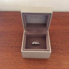 Fin enkelt ring fra Julie Sandlau som kan bruges til både hverdag og festlige lejligheder.