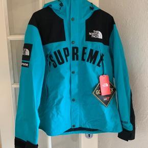 Helt ny supreme x tnf arc logo, jakken er str Large. Man kan få kvittering med hvis det Ønskes