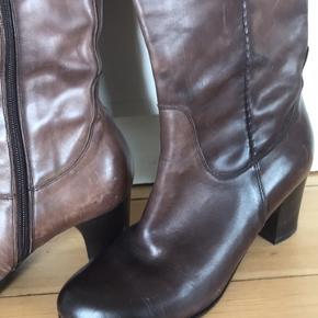 Brune læderstøvler med 6 cm hæl. Desværre for små til mig. Købt i Hørlyck i Aarhus og kun prøvet på. Har enkelte ridderne læderet efter at ligge i en kasse, men tænker de går væk, når de får læderfedt og kommer i brug.