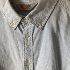 Fin skjorte fra carhartt er blevet brugt nogle gange men holder sig super fint pga den gode kvalitet i bomulden.