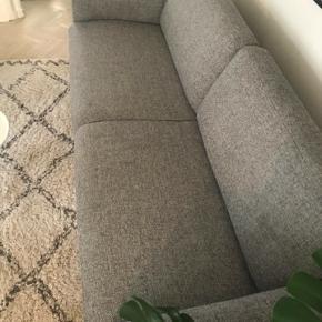 Sælger denne 3-personers sofa. Den fremstår i rigtig fin stand, uden pletter eller andre brugsspor.   Højde: 81 cm.  Længde: 208 cm.  Dybde: 86 cm.   Afhentes i København K. Byd gerne. :-)
