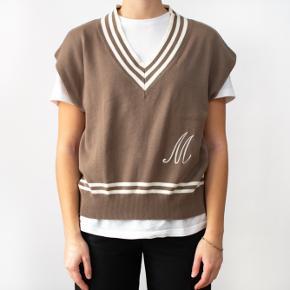 V-NECK BROWN VEST      - 100% Cotton     - Shoulders: 55 cm     - Chest: 106 cm     - Length: 56cm      - Best fit: S-L  Model is 170 cm tall.