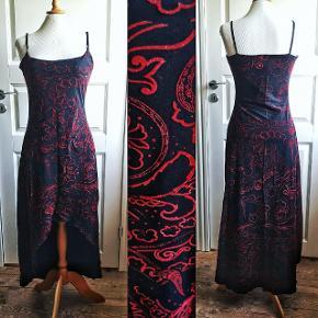 Skøn 90'er kjole i blødt net stof, med støv glimmer og velour tryk. I perfekt stand. Ej gennemsigtig.