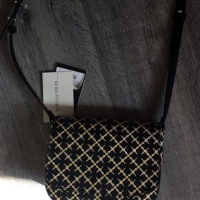 Jeg har aldrig brugt tasken, så den er så god  som ny. Sælger den da jeg har en mere. Kom med bud