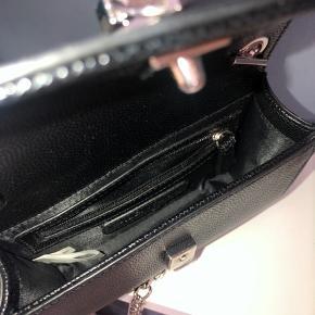 Fin lille gå-i-byen taske fra Valentino. Kun brugt få gange. Så ingen tegn på brugsspor.