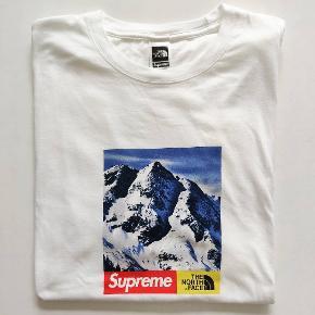 Supreme x The North Face  Mountain tee FW17   Str. XL  Cond 8/10   God stand, brugt en smule. Ingen flaws, stains eller cracking. Det tætteste man kommer på en tnf box logo?   Se mere på @finitesupplydk
