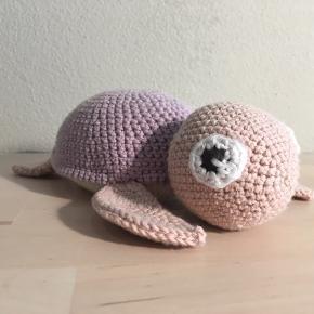 Yndig lille hjemmehæklet skildpadde i økologisk garn✨ Måler ca. 17 cm fra snude til hale. Skriv for spørgsmål! Kan leveres i Esbjerg området og ellers sendes. Hækles gerne i andre farver på bestilling😁 Opskrift af @vibemai.  💌 Kan sendes på købers regning  Følg gerne med på Instagram ➡️ @skaberfryd ✨✨