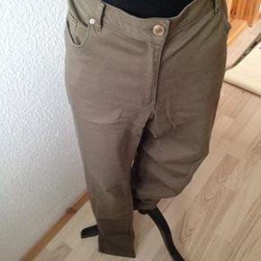 Varetype: jeans Størrelse: 44 Farve: Grøn  H&M, str. 44, Grøn jeans fra H&M . Materialet er: 98% cotton og 2% elasthan .Buksen har 2 baglommer og 2 forlommer + en lille . Buksen er brugt en gang Pris 70kr + porto
