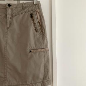 Højtaljet khaki nederdel fra InWear med lommer. Str. 38.  Se gerne mine andre annoncer - mængderabat gives ved køb af flere ting! Køb 4 ting og betal kun for 3 - få den billigste med gratis :-)