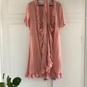 Slå om kjole fra Jacqueline De Young, str. 38, aldrig brugt - stadig med mærke. Super fin sommerkjole. Stadig med mærke. Mp er 150 inkl porto :-)