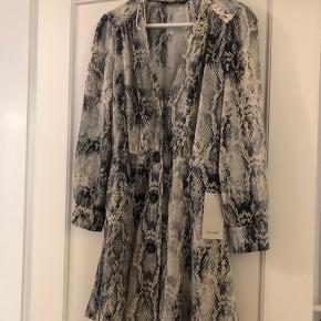 Super fin kjole fra Zara! Aldrig brugt, stadig med prismærke i.  Str. Xs :)