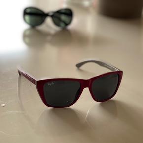 Klassisk og original Ray-Ban solbrille til barn/børn.  Super fin og velholdt med gode glas i brillen. Kan bruges af børn i alderen 5- 12 år.